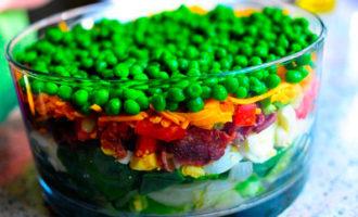 слоеный салат с беконом и горошком