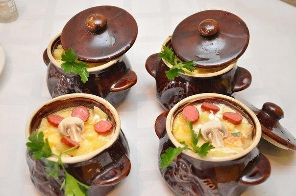 Картофель с охотничьими колбасками в горшочках
