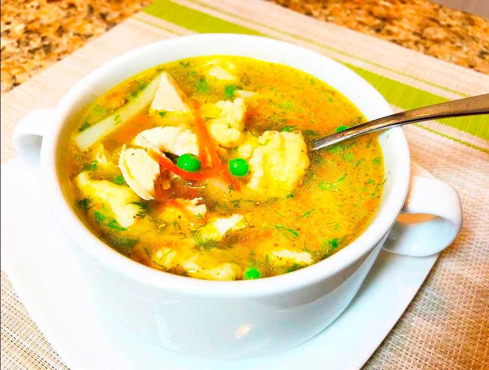 Куриный суп с клецками и горошком